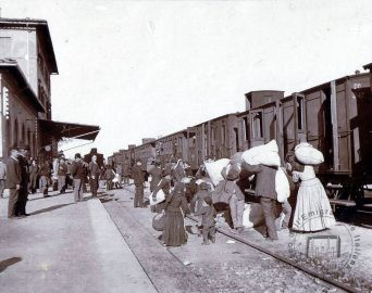 Emigrants leaving from a railway station, 1908