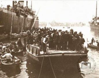 Palermo, 1910. A lighter with emigrants approaching a ship
