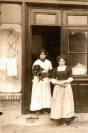 France, Lyon. The Falsone sisters, originally from Vigevano, who worked as washerwomen