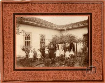 Brazil, Minas Gerais, Monte Sião, 1920. The Pennacchi family in their garden